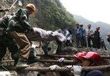 救援人员用肩膀搭建生命通道
