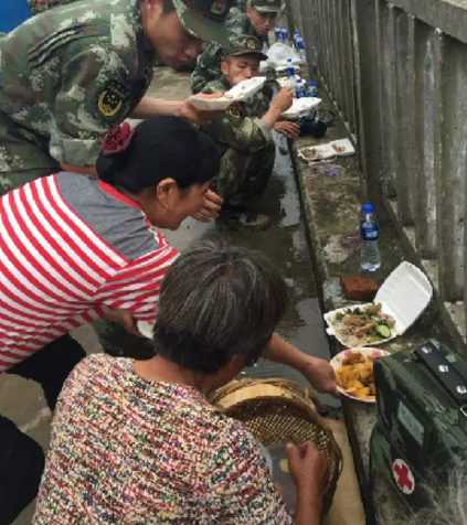 抗洪战士吃饭只有馒头和矿泉水?当地政府辟谣