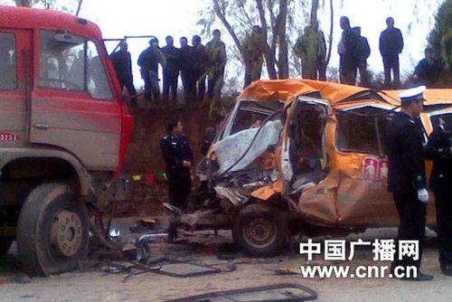 甘肃正宁县一幼儿园校车与卡车相撞 伤亡不明