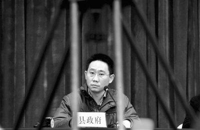 昨日,下午6时30分,江苏丰县校车事故第4次新闻发布会在丰县一酒店召开,会上副县长张斌接受记者采访。郭铁流 摄