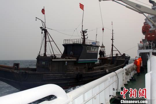 一渔船大连海域遇险3渔民获救(图)