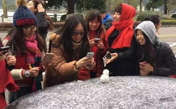 广州60年来首次下雪全城轰动 市民狂欢