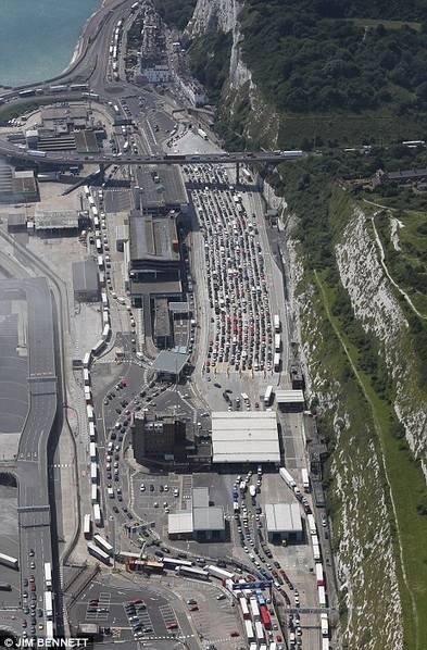 法国恐袭安检变严致25万人被堵 6小时走1公里(图)
