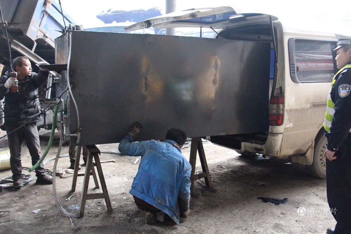 司机私自将面包车改成货车 内藏5吨油箱
