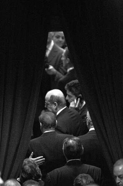 12日,罗马,意大利总理贝卢斯科尼(下数二排左一)在预算法案通过后离开,他当天在数千民众的欢呼声中向总统提交辞呈。