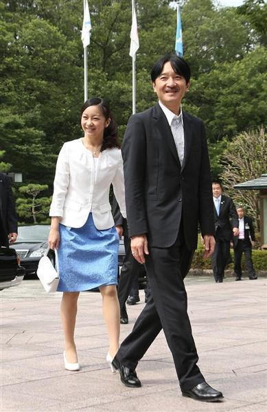佳子公主与父亲访问滋贺县 欣赏高中生美术作品