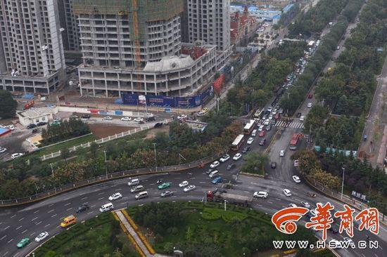路口设置红绿灯是为了缓解交通压力。然而,咸阳交警部门在陈杨寨转盘新设置的8个红绿灯引起了很大的争议,不少司机认为并不合理,高峰期至少需要等三四个红灯才能通行。