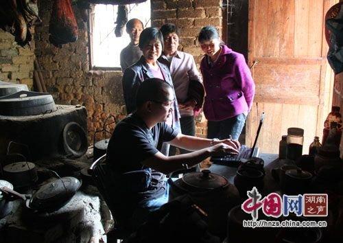 Phóng viên tác nghiệp trực tiếp tại gian bếp nhà anh Binh