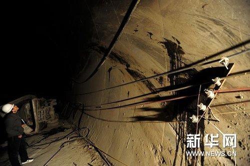 这是发生事故的车辆在撞击主隧道体时车辆机油划下的痕迹(10月29日摄)。