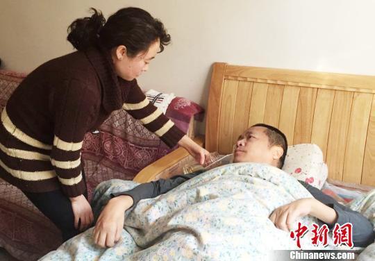 保姆与瘫痪雇主成婚睡沙发16年悉心照顾