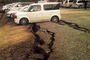 停车场地面出现数条裂缝