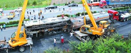 延安车祸火烧红路边砖块 男子无法救人失声痛哭