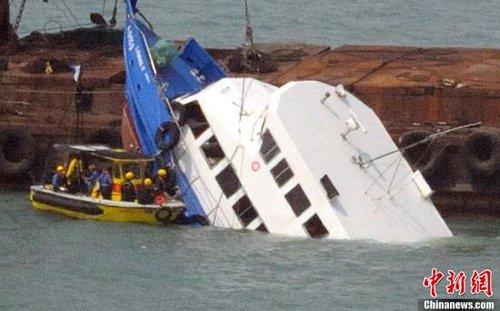 香港撞船事件沉船被捞起 死难者家属海祭
