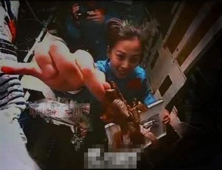 图文:王亚平太空吃粽子 向摄像头展示粽叶