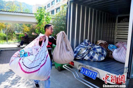 浙江台州洗衣店老板坚持为老人义务洗衣18年(图)