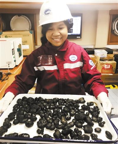 中国科考船深海中捞出多金属结核 富含稀缺金属
