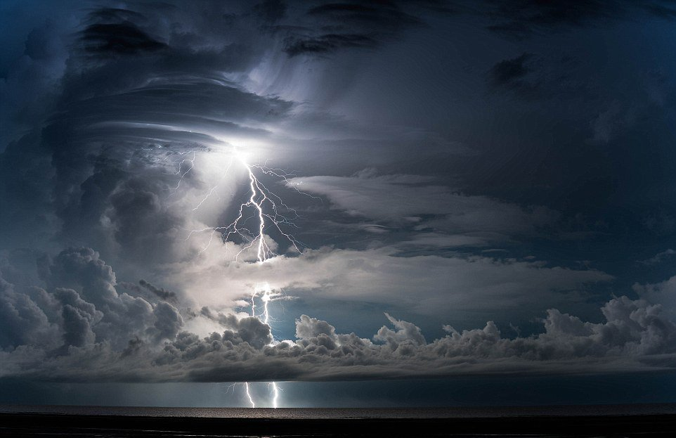 有风暴追逐者称,因为人静止在地面上,当向上闪电发生,之后正常闪电接连发生时,令人产生闪电是环形的错觉
