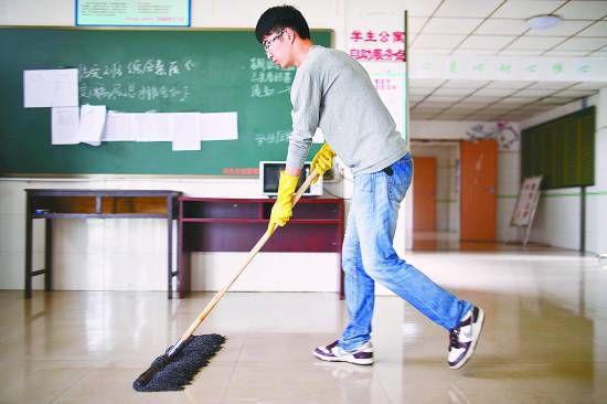 南昌大学推行自主保洁 党员班干部带头扫女厕