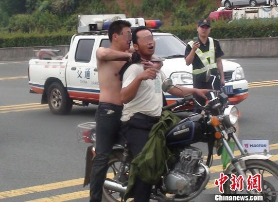 福建南平高速男子柴刀劫持人质 警方鸣枪示警解救