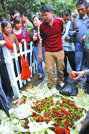 贵州一小学给学生吃烂菜激怒家长 校长被免职