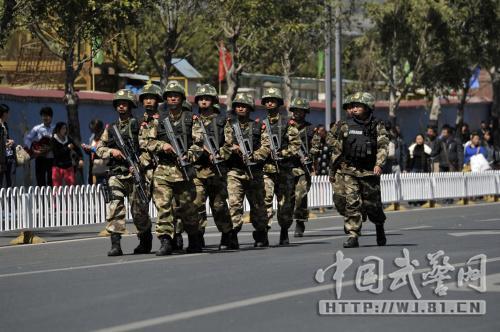 云南武警500余兵力在昆明主要街区武装巡逻(图)