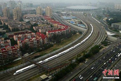 资料图:今年6月30日开通运营的京沪高铁。中新社发 富田 摄