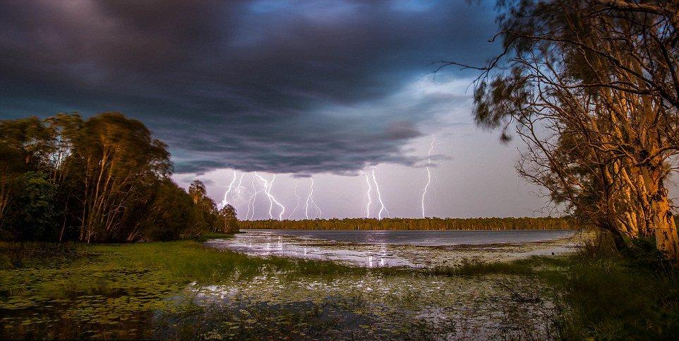 """闪电先由地面向上抵达云层,随后又从云层向下划过天空,类似一个闭合的""""圆环"""""""