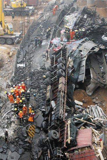 河南称恶劣天气致车辆爆炸引发大桥坍塌