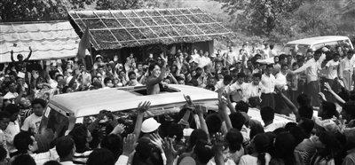 29日,缅甸土瓦,数以千计民众在乡村土路上列队欢迎昂山素季的到来。