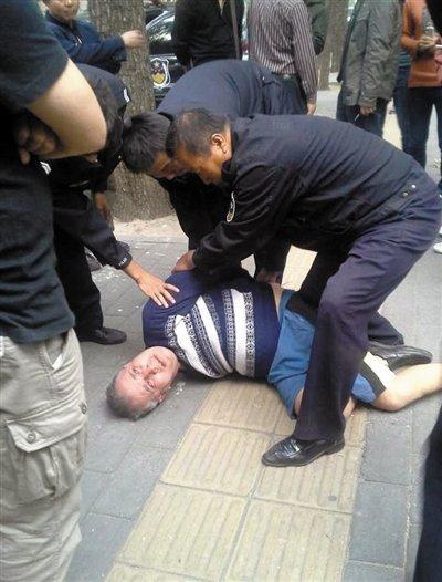 高清图—建国门建外胡同京都苑宾馆外国男子持刀砍人抢车撞人
