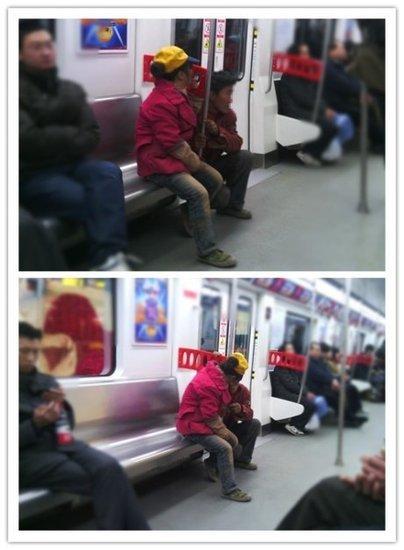 地铁1号线一农民工怕衣服弄脏座椅 蹲在门边