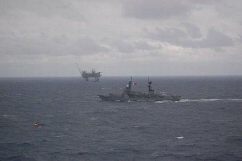 媒体称菲最大军舰同数艘中国海监船在南海对峙