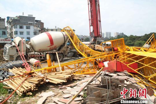 广西一40米高塔吊垮塌致司机身亡