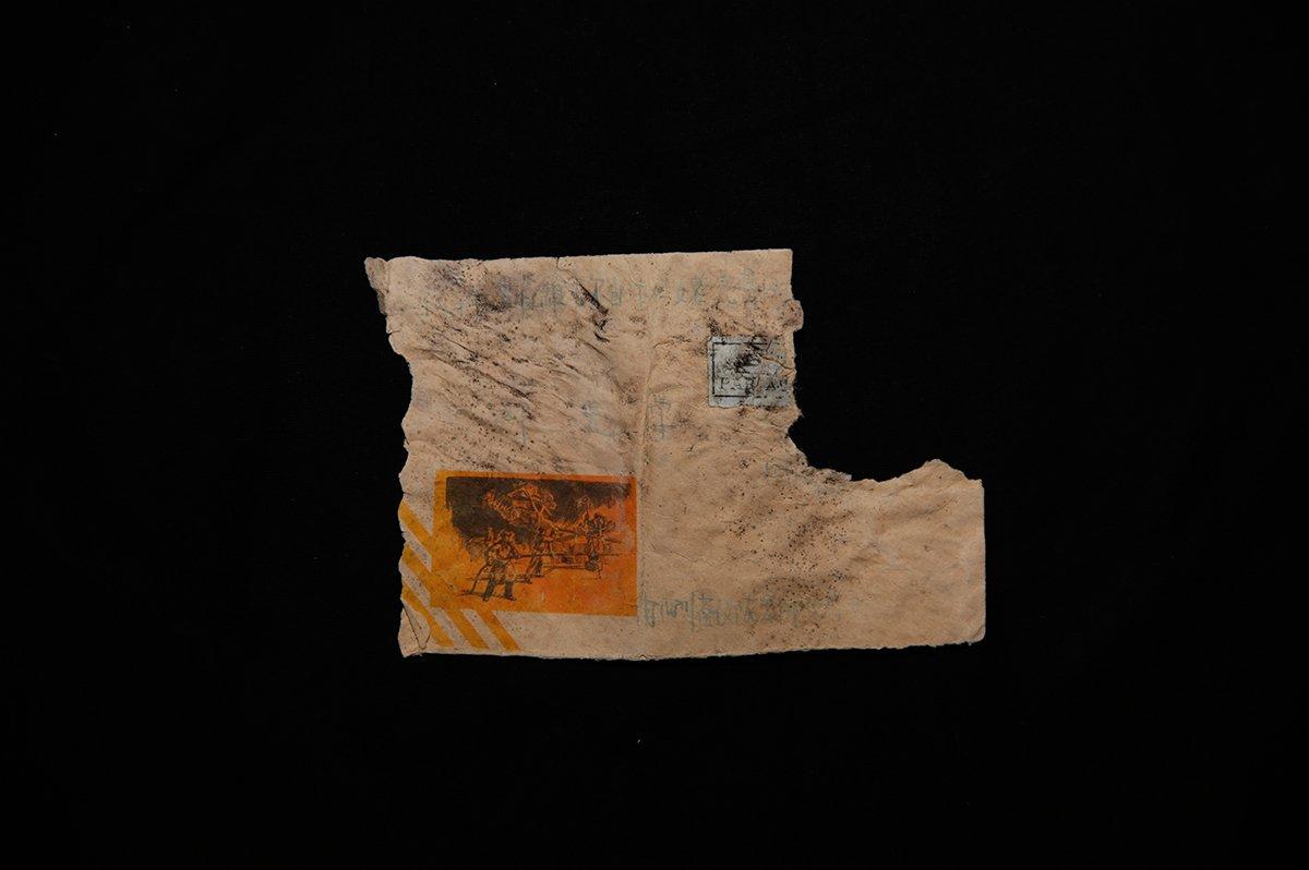 """写给邓光学的信。刚开始青海当地警方以为""""邓光学""""才是这具无名尸的名字,但后来才发现不是。而信封显示的地址是四川省仪陇县邮政局,邓光学很有可能是当时李中华的同乡伙伴。"""