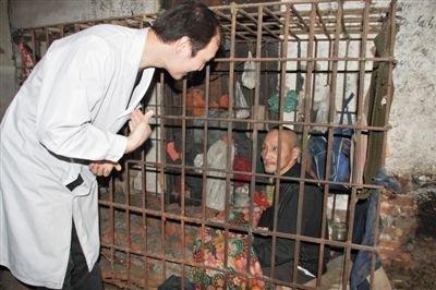 刘跃贵已经在笼中生活了10年,图为2009年3月,医院救助时的场景,但从医院回家的刘跃贵又回到笼子里。