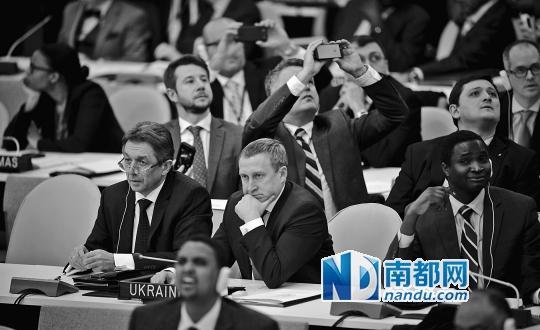<p>    ↑3月27日,联合国总部,乌克兰代理外长杰希察(中)和乌克兰常驻联合国代表谢尔盖耶夫(左一)等待联大就有关乌克兰问题决议草案的投票结果。</p>