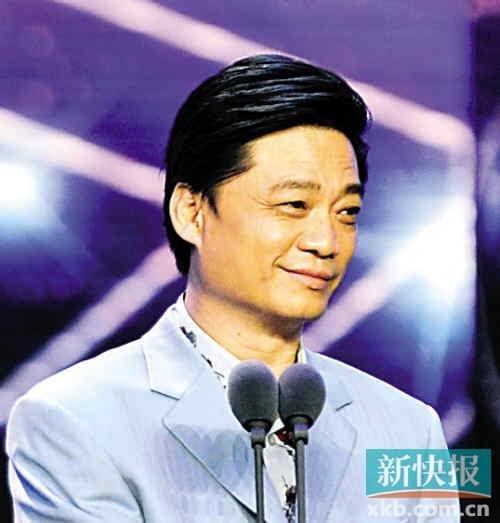 崔永元会场外扶起摔倒女记者 面对提问笑而不语