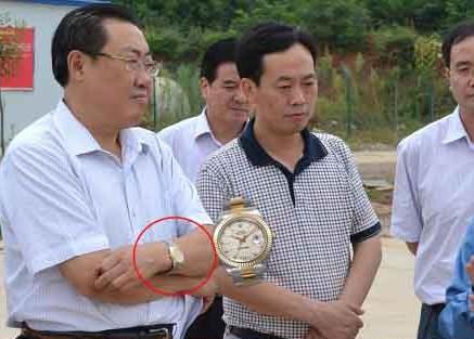 陕西安监局长在车祸现场笑 戴名表照片被晒上网