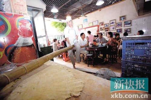 昨日,李师傅在用竹竿压面,这是竹升面店做广式面食的传统特色。新快报记者李小萌/摄