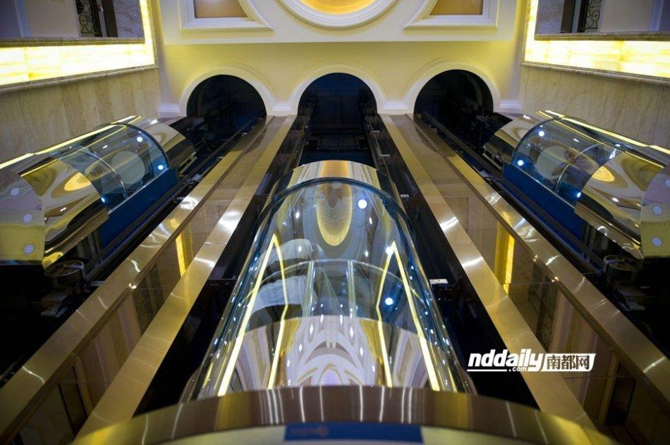 高清:深圳公共场所女性走光黑点调查 新闻中