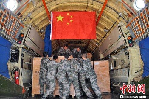 中国空军3架运输机紧急空运救灾物资支援泰国抗洪
