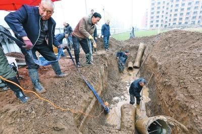 河南许昌供水管道爆裂 致13万户居民用水困难
