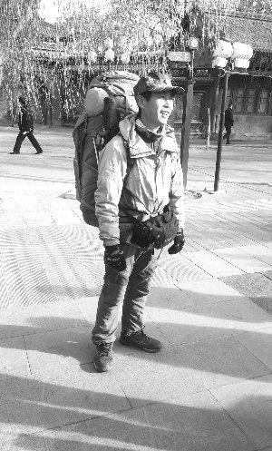 """5旬男子""""请假""""3年徒步走世界 已走4000多公里"""