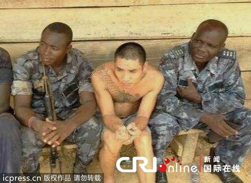 当地时间2013年6月,加纳,被扣留的采金者(左二)。图片来源:刘刚/东方IC