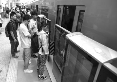 北京地铁八通线13号线屏蔽门正式开通试运行