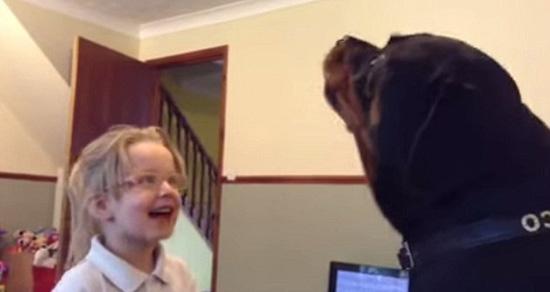 """英国小女孩与宠物狗""""合唱""""视频走红网络(图)"""