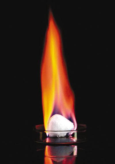 中国首次海域可燃冰试采成功 燃烧能量超石油数十倍