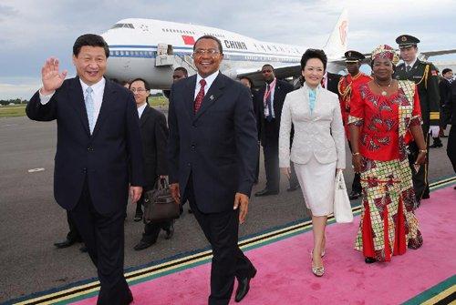 习近平携夫人彭丽媛抵达坦桑尼亚访问