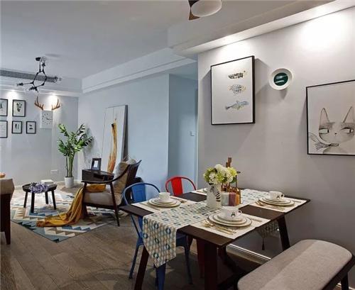 客厅侧边墙面挂上一组北欧风的装饰画,结合吊顶里的射灯,营造出一个图片