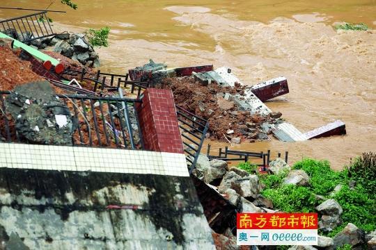 广州一河堤挡墙因台风凌晨坍塌 500居民紧急疏散